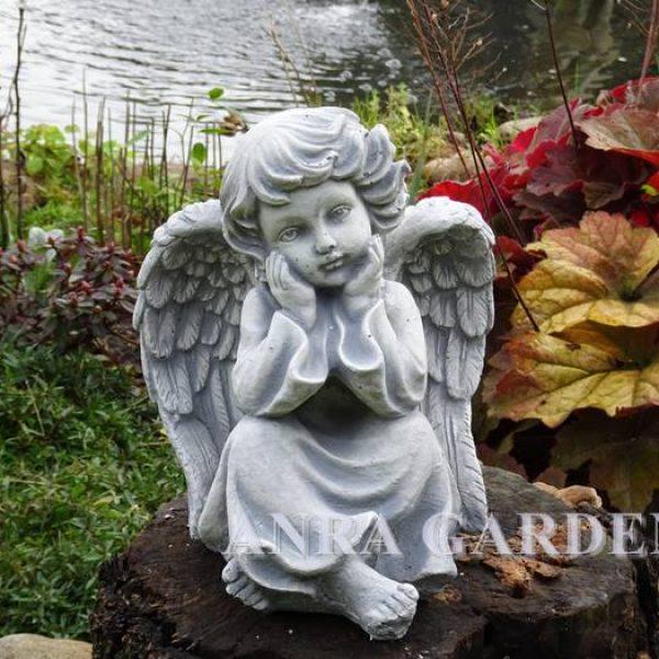 Zamyślony aniołek - figura do ogrodu